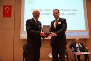Ata Atun, Vakıf Başkanı Fatih Erbakan'dan Plaket alırken