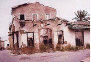 Küçük Kaymaklı'da Yakılıp yıkılmış  bir ev