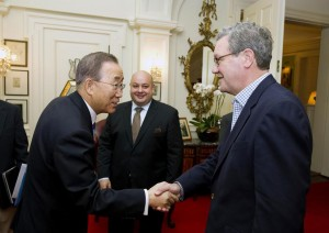 Ban Ki Moon ve Alexander Downer